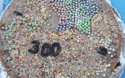 Celebrando 300 en Infantil, decorando tartas